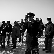 Des combattants rebelles observent les mouvements de l'armée loyaliste, le 24 mars 2011 à une dizaine de kilomètres d'Aj Dabiya sur la ligne de front.