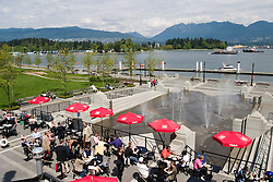 Vancouver, BC, Canada  01/maio/2005.Downtown - o centro da cidade, beirando a Baia Coal Harbour, em um domingo ensolarado de primevera. / Downtown, around the seawalk Coal Harbour in a sunny spring sunday..Foto Marcos Issa/Argosfoto