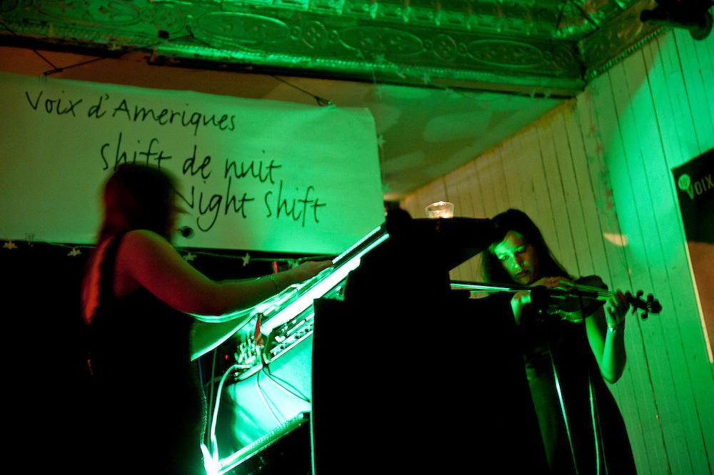 Les momies de Palerme (Marie Davidson; Xarah Dion) à la Casa del Popolo, Montréal, Québec.