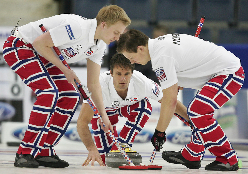 Norway's skip Thomas Ulsrud watches his shot during Norway's 3-4 page playoff match against Sweden at the Ford World Men's Curling Championships in Regina, Saskatchewan, April 9, 2011.<br /> AFP PHOTO/Geoff Robins