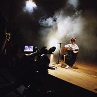 SEOUL, Oct. 25, 2006: Ein Mitglied der Nordkoreanischen Popbandwaehrend der Probe bei einem Fernsehsender. Die 5 Maedchen wurden von einem Manager im Trainingszentrum fuer Nordkoreanische Fluechtlinge in Seoul entdeckt. der Manager hofft nun, die Maedchen landesweit bekannt zu machen.