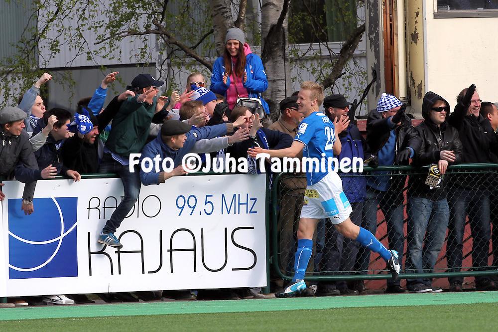 26.5.2014, Keskuskentt&auml;, Rovaniemi.<br /> Veikkausliiga 2014.<br /> Rovaniemen Palloseura - FF Jaro.<br /> Simo Roiha (RoPS) tuulettaa 2-0 maalia fanien kanssa.