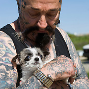 "Rescue Ink, Long Island, New York, taettowierte Motoradgang, Verein zur Rettung mishandelter Hunde und anderer Tierarten..""Batzo"" mit Hund..Rescue Ink, the animal rescue group that brings an in your face approach to the fight against animal abuse and neglect. The goups members are heavily tattooed and ride motorbikes. Their pitbull 'Rebel', who lives at their headquarters, was rescued from a dog fighting operation, where he was used as bait. He was near death when two members of Rescue Ink flew to Virginia to save him...Foto © Stefan Falke."