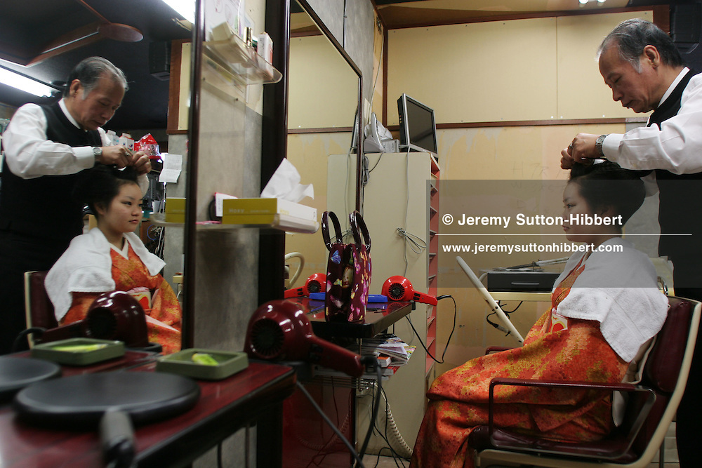 GEISHA HAIRDRESSER TETSUO ISHIHARA. Ishihara has been applying geisha hair wigs for 30 years to the geisha of the Gion district. The Gion Geisha district is featured in the 'Memoirs of a Geisha' book, by Arthur Golden, made into a movie by Steven Spielberg.