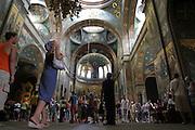 Georgien/Abchasien, Nowy Afon, 2006-08-27, Hunderte russische Touristen besichtigen jeden Tag das Kloster Nowy Afon. Abchasien erklärte sich 1992 unabhängig von Georgien. Nach einem einjährigen blutigen Krieg zwischen den Abchasen und Georgiern besteht seit 1994 ein brüchiger Waffenstillstand, der von einer UNO-Beobachtermission unter personeller Beteiligung Deutschlands überwacht wird. Trotzdem gibt es, vor allem im Kodorital immer wieder bewaffnete Auseinandersetzungen zwischen den Armee der Länder sowie irregulären Kämpfern.  (Abkhazia declared itself independent from Georgia in 1992. After a bloody civil war a UNO mission observing the ceasefire line between Georgia and Abkhazia since 1994. Nevertheless nearly every day armed incidents take place in the Kodori gorge between the both armys and unregular fighters )