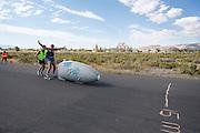 Op een verlaten weg wordt de VeloX 6 getest door Jan Bos. Het Human Power Team Delft en Amsterdam (HPT), dat bestaat uit studenten van de TU Delft en de VU Amsterdam, is in Amerika om te proberen het record snelfietsen te verbreken. In Battle Mountain (Nevada) wordt ieder jaar de World Human Powered Speed Challenge gehouden. Tijdens deze wedstrijd wordt geprobeerd zo hard mogelijk te fietsen op pure menskracht. Het huidige record staat sinds 2015 op naam van de Canadees Todd Reichert die 139,45 km/h reed. De deelnemers bestaan zowel uit teams van universiteiten als uit hobbyisten. Met de gestroomlijnde fietsen willen ze laten zien wat mogelijk is met menskracht. De speciale ligfietsen kunnen gezien worden als de Formule 1 van het fietsen. De kennis die wordt opgedaan wordt ook gebruikt om duurzaam vervoer verder te ontwikkelen.<br /> <br /> The Human Power Team Delft and Amsterdam, a team by students of the TU Delft and the VU Amsterdam, is in America to set a new world record speed cycling.In Battle Mountain (Nevada) each year the World Human Powered Speed Challenge is held. During this race they try to ride on pure manpower as hard as possible. Since 2015 the Canadian Todd Reichert is record holder with a speed of 136,45 km/h. The participants consist of both teams from universities and from hobbyists. With the sleek bikes they want to show what is possible with human power. The special recumbent bicycles can be seen as the Formula 1 of the bicycle. The knowledge gained is also used to develop sustainable transport.
