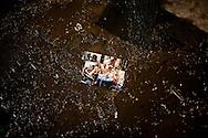 ATRANI. UNA FOTO RICORDO SCATTATA NELLA PIAZZA ORMAI RICOPERTA COMPLETAMENTE DA FANGO E DETRITI DOPO L'ESONDAZIONE DEL FIUME DRAGONE A CAUSA DELLE FORTI PIOGGE;
