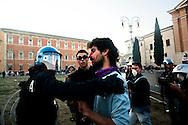 ROMA. UN MANIFESTANTE SANGUINANTE VIENE PORTATO VIA DALLE FORZE DELL'ORDINE;