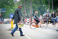 9-7-2016<br /> AMSTERDAM - Samuel L. Jackson and Ryan Reynolds on the set at the shooting of the film The Hitmans  Bodyguard  in Amsterdam. COPYRIGHT ROBIN UTRECHT 9-7-2016 <br /> AMSTERDAM - Samuel L. Jackson en Ryan Reynolds op de set bij de opnamen van de speelfilm The Hitmans Bodyguard in Amsterdam. COPYRIGHT ROBIN UTRECHT