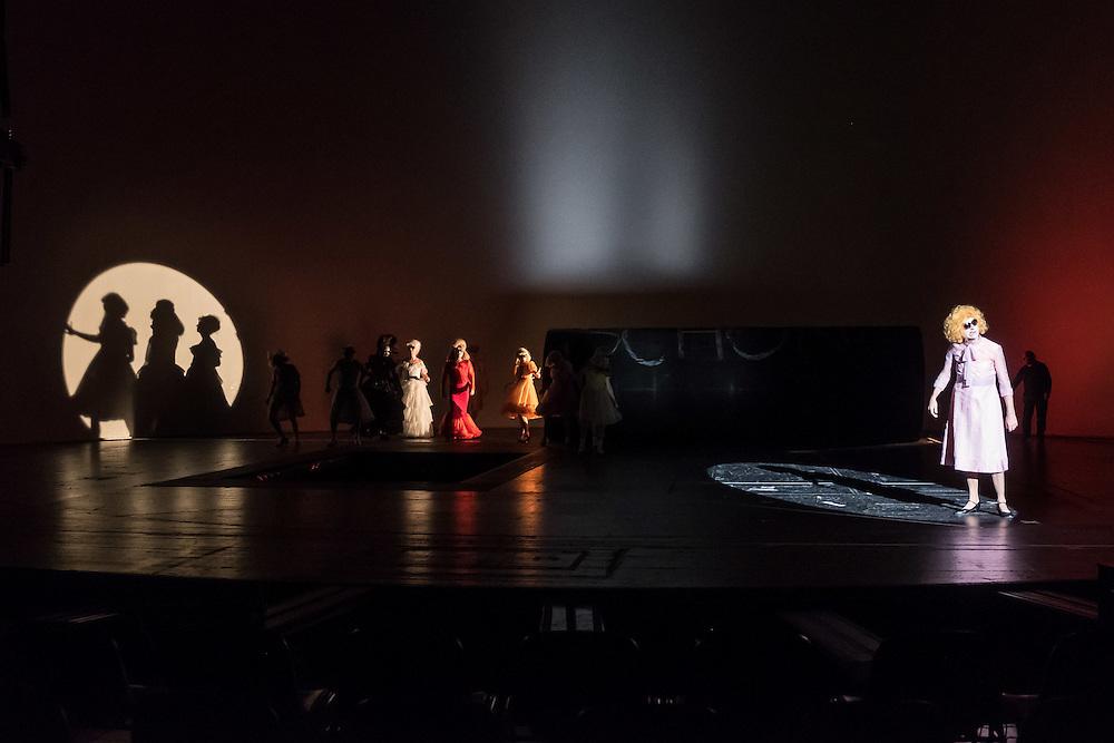 Germany - Deutaschland - THEATRE - Volksbuehne Berlin am Rosa-Luxemburg-Platz - PFUSCH von Herbert Fritsch (Director & Stage), Costumes: Victoria Behr; Dramaturgy: Sabrina Zwach; Berlin, 23.11.2016; © Christian Jungeblodt
