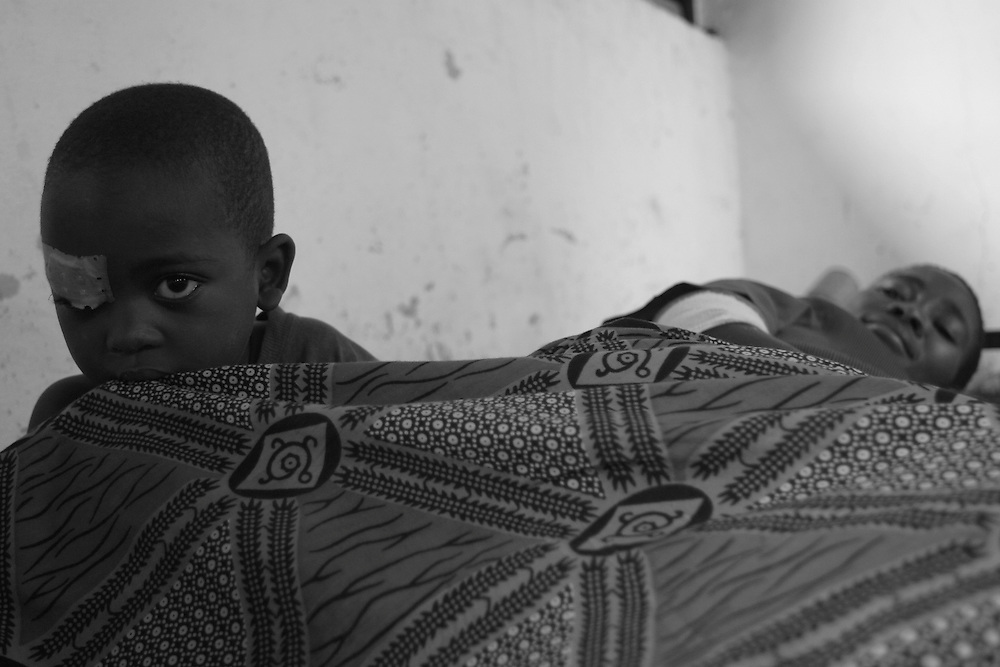 A patient rests on her bed with her child at CBL Center of Bujumbura ( Center for injured people). @ Martine Perret . 24 October 2005.