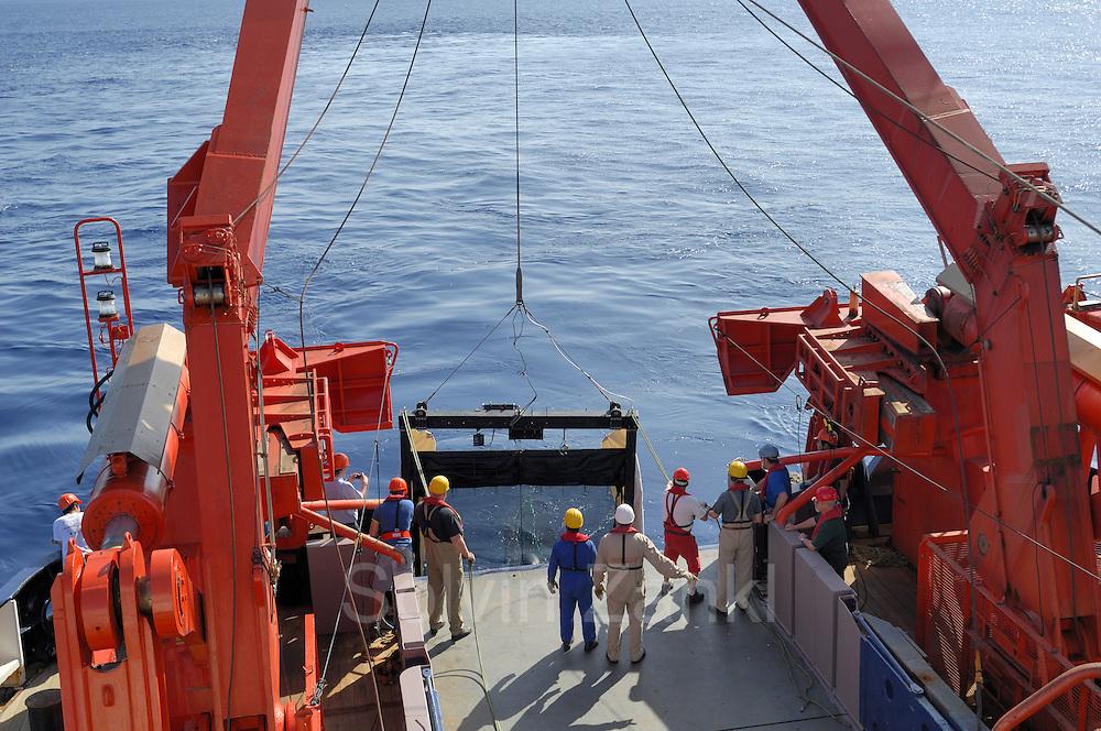 """Das große Tiefsee-Planktonnetz MOCNESS 10-m wird über das Heck des deutschen Forschungsschiffes """"Polarstern"""" ins Wasser gelassen. Es wird allein 3 Stunden dauern, bis das Netz auf seiner vorbestimmten Tiefe von fast 5000 m angekommen ist."""