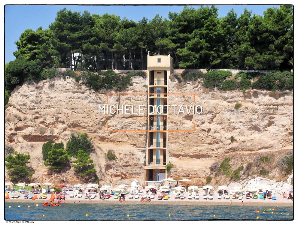 """nella foto la Baia delle Zagare .ci si può arrivare solo via mare o passando per lhotel """"Baia delle Zagare"""" tramite un ascensore in vetro scavato nella roccia. La spiaggia della Baia delle Zagare è di sabbia bianca e fine, lunga circa 1 chilometro,..Il Gargano, noto anche come Sperone d'Italia è un promontorio montuoso che si estende nella parte settentrionale della Puglia in  Provincia di Foggia"""