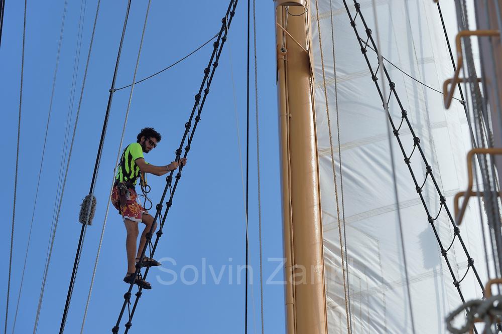 Sargasso Sea, Bermuda   3rd Mate - Andrew Pape kontrolliert die beweglichen Teile am Mast und an den Segeln. Der Forschungssegler Corwith Cramer durchquert im April 2014 die Sargasso See von Puerto Rico kommend bis zu den Bermuda Inseln.