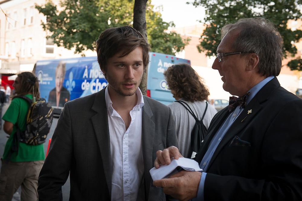 Léo-Bureau Blouin candidat dans Laval des Rapides ex leader étudiant regarde l'horaire avant d'enter à la grande rencontre au Métroplolis. Montréal, 30 août 2012.