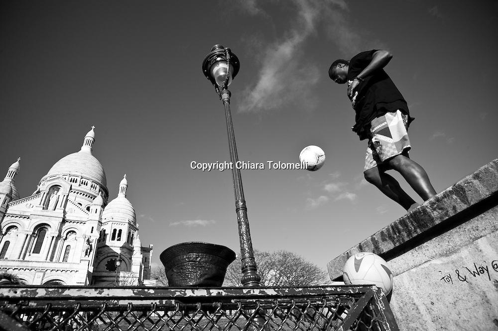 Acrobazie davanti alla basilica del Sacro Cuore a Montmartre