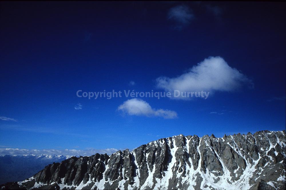 Le col est à une altitude de 5602 mètres. Le gouvernement indien s'engage à le laisser ouvert de juin à septembre. Livres méditations..Le col est à une altitude de 5602 mètres. Le gouvernement indien s'engage à le laisser ouvert de juin à septembre. Livres méditations