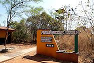 """Parque Nacional Sarigua, Panamá..El Parque Nacional creado en el año 1985 posee una extensión de 8.000 hectáreas formadas por manglares, zonas costeras y áreas completamente deforestadas en la provincia de Herrera, ocupando una franja litoral sobre el Pacífico entre las desembocaduras de los ríos santa María y Parita, en la bahía del mismo nombre..El área protegida se extiende sobre un frágil ecosistema conocido como """"albina""""..Se trata de una zona completamente deforestada y devastada por la acción colonizadora de los pobladores del área en la segunda mitad del siglo xx..Los frágiles bosques costeros del parque, que originalmente llegaban hasta los manglares, fueron destruidos en su totalidad para transformarlos en potreros y zonas de pastoreo, dejando los suelos ácidos y pobres expuestos a la erosión causada por los fuertes vientos, las lluvias del invierno y el flujo de las mareas..El parque se encuentra en la región más árida del país, con una precipitación media anual de 1.100 mm y unas temperaturas medias anuales que superan los 27ºC, formando un paisaje desértico que no se conoce en ningún otro lugar de Panamá..La belleza de estos paisajes desprovistos de todo tipo de vegetación y atravesados por profundas grietas y cárcavas producidas por la erosión es uno de los atractivos de este parque nacional.©Daniel Ho/ Istmophoto"""