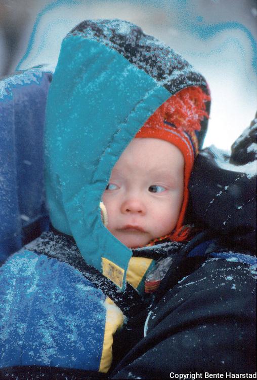Neila Issat (Hanne Lana) Wilks, 11 mnd..provia f 400 Det sørsamiske området strekker seg fra Saltfjellet i nord til Elgå i Hedmark i sør. Omfatter noen få tusen på norsk og svensk sida av grensa. The sourth sami people consists of only a few thousand people.