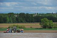 06/05/15 - MARINGUES - PUY DE DOME - FRANCE - Premiers semis de mais semence de plants femelles en plasticulture - Photo Jerome CHABANNE