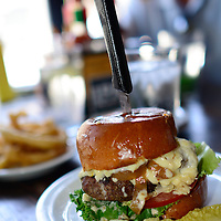 USA: California: Los Angeles County, Los Angeles, Pasadena: A big juicy 50/50 hamburger at Slater's 50/50