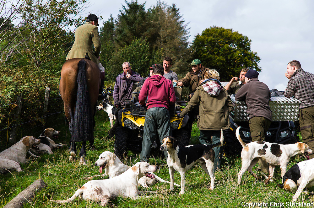 Oxnam, Jedburgh, Scottish Borders, UK. 28th September 2015. Followers. huntsman, and hounds of the Jedforest Hunt relax after a mornings autumn hunting.