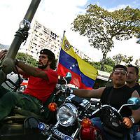 Simpatizantes del presidente venezolano, Hugo Chávez hacen una caravana hoy, domingo 2 de diciembre, en Caracas (Venezuela) durante el referendo para la reforma constitucional. (ivan gonzalez)