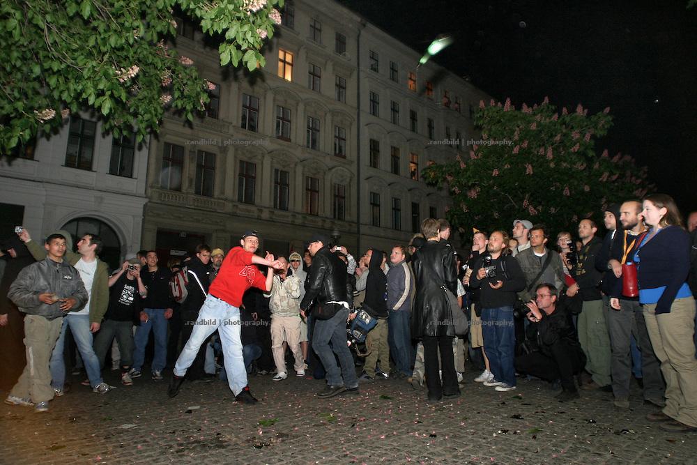 Demonstranten werfen am 1.Mai Steine und Flaschen (Bild) gegen die Polizei in Berlin. Demonstrators throwing stones and bottles against the police in Berlin during the 1.May riots.