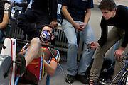 Bij Wil Baselmans wordt de zuurstofopname gemeten. Jan Bos meet ondertussen de hartslag van Baselamans. Studenten van de TU Delft en VU Amsterdam verrichten metingen aan de renners die een poging gaan wagen om het wereldrecord fietsen te verbreken. Oud-schaatser Jan Bos en Sebastiaan Bowier gaan proberen het record van 133 km/h te verbreken. Wil Baselmans en Alwin Visker zijn geselecteerd om het werelduurrecord te verbreken. In 2011 haalde Bowier 129 km/h. De andere rijders doen voor het eerst mee.<br /> <br /> Wil Baselmans during a performance test. Jan Bos (right) is measuring the heart beat. Students of the TU Delft and the VU Amsterdam are measuring the condition of the for riders who will try to attempt to break the world record speed biking. Former skater Jan Bos and Sebastiaan Bowier will try to set a new top speed record. Wil Baselmans and Alwin Visker are selected to set a new top distance in an hour. Bowier reached in 2011 129 km/h, the world record is 133 km/h.