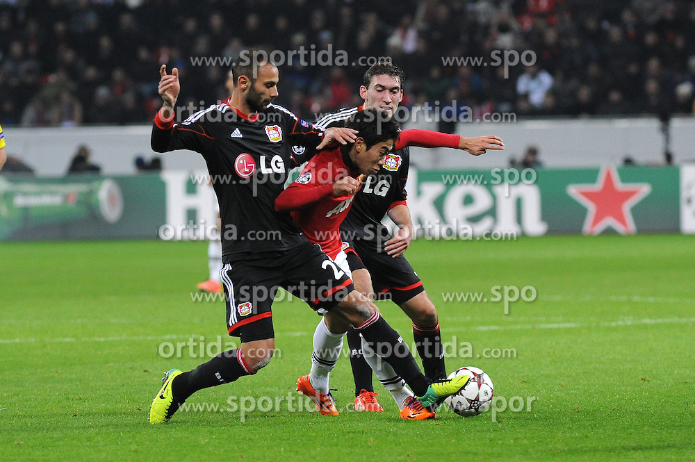 27.11.2013, BayArena, Leverkusen, GER, UEFA CL, Bayer Leverkusen vs Manchester United, Gruppe A, im Bild Oemer Toprak ( links ), Stefan Reinartz ( rechts beide Bayer 04 Leverkusen ) nehmen Shinji Kagawa ( mitte Manchester United / Action / Aktion ), die Zange // during UEFA Champions League group A match between Bayer Leverkusen vs Manchester United at the BayArena in Leverkusen, Germany on 2013/11/28. EXPA Pictures &copy; 2013, PhotoCredit: EXPA/ Eibner-Pressefoto/ Thienel<br /> <br /> *****ATTENTION - OUT of GER*****