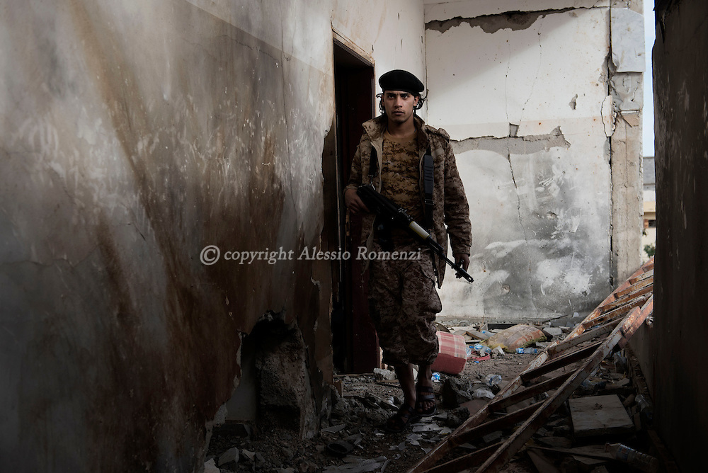 Libya, Sirte: A fighters of the Libyan forces affiliated to the Tripoli government walks in an heavily damaged building in Al Jiza neighbourhood on the frontline with ISIS in Sirte on November 24, 2016.  Alessio Romenzi