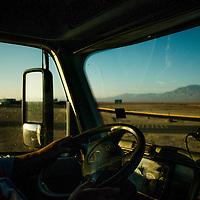 Ruben Araya Araya, controlador de ruta y Oscar Pereira, conductor. Garita de Descanso, Km 62, camino a Minera Escondida. Copec, 80 años. Antofagasta, Chile. {date}, {time} (©Alvaro de la Fuente/Triple.cl)