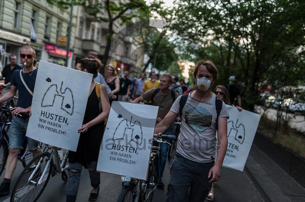 &quot;Husten wir haben ein Problem!&quot; steht w&auml;hrend der Feinstaub Demonstration am 03.06.2016 in Berlin Neuk&ouml;lln, Deutschland auf dem Schild von Demonstranten. Die Demonstranten demonstrierten unter dem Motto &quot;Husten, wir haben ein Problem &ndash; die gro&szlig;e Anti-Feinstaubdemo&quot; damit die politisch Verantwortlichen wirksame Ma&szlig;nahmen zum Schutz unserer Gesundheit zu ergreifen. Foto: Markus Heine / heineimaging<br /> <br /> ------------------------------<br /> <br /> Ver&ouml;ffentlichung nur mit Fotografennennung, sowie gegen Honorar und Belegexemplar.<br /> <br /> Bankverbindung:<br /> IBAN: DE65660908000004437497<br /> BIC CODE: GENODE61BBB<br /> Badische Beamten Bank Karlsruhe<br /> <br /> USt-IdNr: DE291853306<br /> <br /> Please note:<br /> All rights reserved! Don't publish without copyright!<br /> <br /> Stand: 06.2016<br /> <br /> ------------------------------