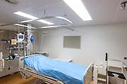 Een isolatiekamer voor pati&euml;nten met besmettelijke ziekten in het calamiteitenhospitaal in Utrecht. Met een webcam kan contact worden gemaakt met het thuisfront. Bij het calamiteitenhospitaal in Utrecht worden slachtoffers van grote rampen als eerste behandeld. Afhankelijk van de ernst van de verwonding, wordt het slachtoffer ingedeeld in rood, geel of groen. Het hospitaal is uniek in Europa en is gevestigd in de voormalige atoombunker onder het UMC Utrecht.<br /> <br /> The isolation room, for patient with infectious diseases, at the trauma and emergency hospital.  At the basement of the UMC Utrecht a special hospital for emergency and major incidents is based. Patients are being labelled by number and depending on the injuries they will be transported to the zone red, yellow or green.