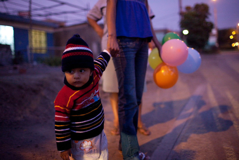 A woman and her child on Tuesday, Apr. 7, 2009 in Ventanilla, Peru.
