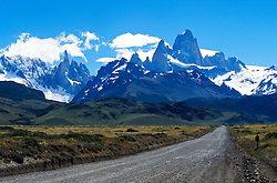 Patagonia, Argentina. 01/2004.Estrada para El Chalten, com o Monte Fitz Roy  ao fundo. Parque Nacional Los Glaciares, El Chalten, Provincia de Santa Cruz. Patagonia e uma regiao natural no extremo sul do continente americano que abarca a parte sul do Chile e da Argentina, incluindo os chamados Andes patagonicos./ Road to El Chalten with Fitz Roy Mount. Glaciers National Park, El Chalten, Santa Cruz Province. Patagonia is the portion of South America in Argentina and Chile made up of the Andes mountains to the west and south, and plateaux and low plains to the east..Foto © Marcos Issa/Argosfoto