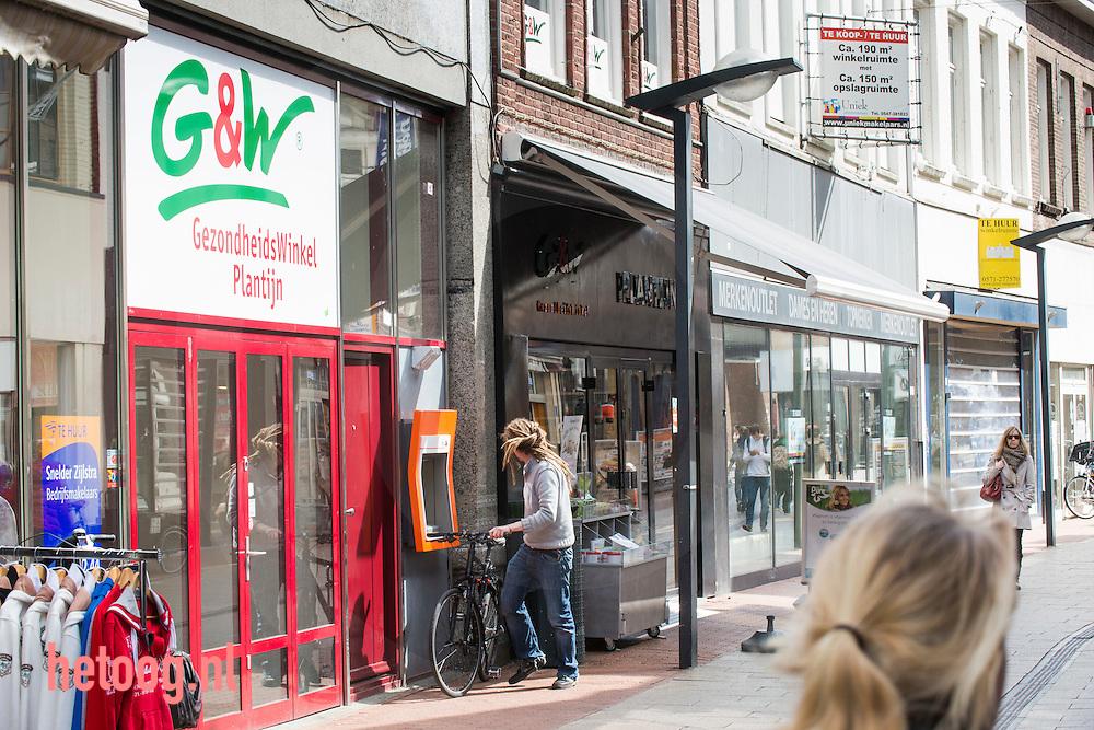 Nederland, Enschede, 18april2013 Enschede heeft veel / meer dan gemiddeld leegstaande winkelpanden in het centrum van de stad. hier winkels aan/in de Haverstraatpassage waar veel naast elkaar leeg staat.
