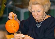 Prinses Beatrix is als beschermvrouwe van Jantje Beton aanwezig bij de aftrap van Het Nationaal Scho