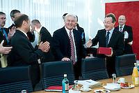 05 JAN 2009, BERLIN/GERMANY:<br /> Olaf Scholz (L), SPD, Bundesarbeitsminister, Frank-Walter Steinmeier (M), SPD, Bundesaussenminister, und Franz Muentefering (R), SPD Parteivorsitzender, Gratulationen und Applaus zu Steinmeiers Geburtstag, vor Beginn der Sitzung der SPD -Koordinierungsrunde-Bund-Laender-Komunen, Willy-Brandt-Haus<br /> IMAGE: 20090105-01-002<br /> KEYWORDS: Franz M&uuml;ntefering, applaudieren, Klatschen