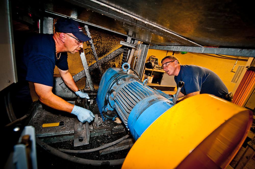 Les mécaniciens d'ascenseur Réjean Ouimet et Benoit Viziau s'occupent entre autres de l'entretien des escaliers mécaniques. Ils doivent ajuster les chaines aux millimètres prêts..© Caroline Hayeur/Agence Stock Photo