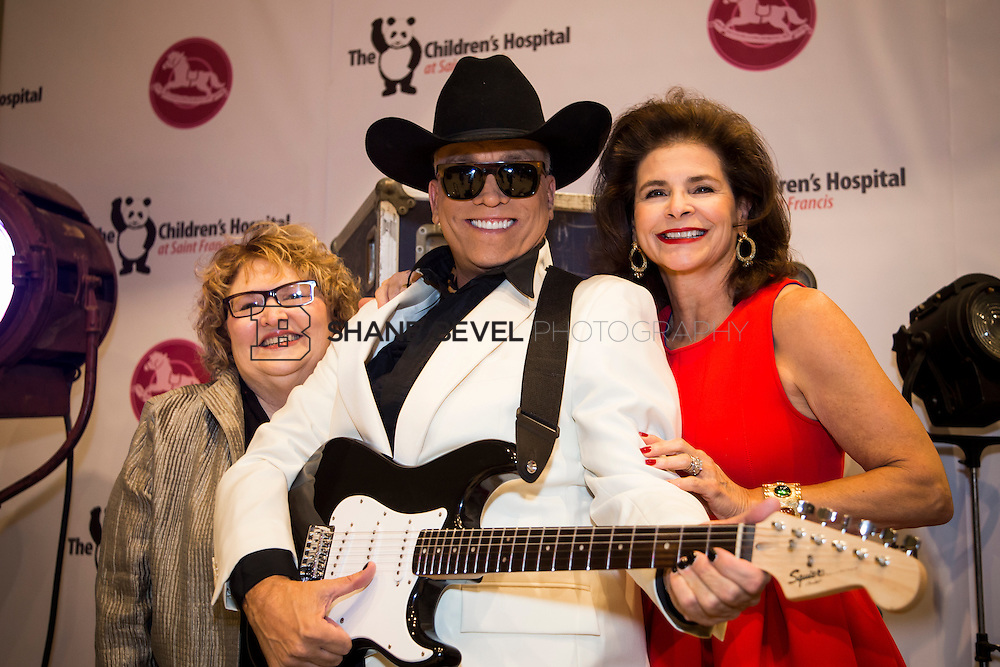 11/1/13 6:40:39 PM --- 2013 Painted Pony Ball for The Children's Hospital at Saint Francis with Chris Young and Dwight Yoakam. <br /> <br /> Photo by Shane Bevel