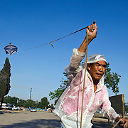 Engl.: Camp Hope, a  tent city for the homeless in Ontario, California.Mr. Ling, the artist of the tent city, flying his kite.<br /> German: Camp Hope, eine Zeltstadt fuer Obdachlose in Ontario, Kalifornien.Mr. Ling, der Kuenstler der Zeltstadt, laesst einen selbstgebauten Drachen steigen..Fotos &copy; Stefan Falke..