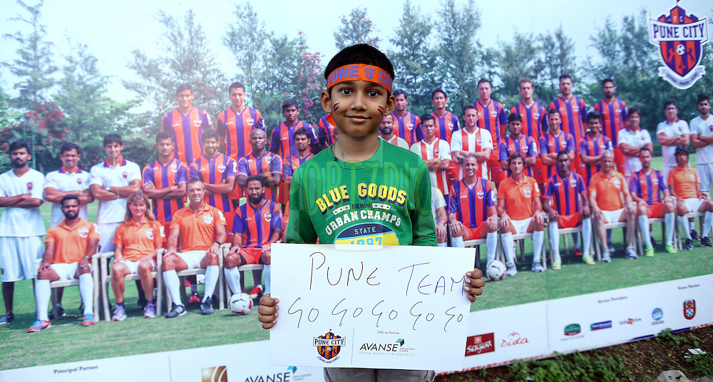 \A kid fan of FC Pune City before the match 44 of the Hero Indian Super League between FC Pune City and Atletico de Kolkata FC held at the Shree Shiv Chhatrapati Sports Complex Stadium, Pune, India on the 29th November 2014.<br /> <br /> Photo by:  Sandeep Shetty/ ISL/ SPORTZPICS