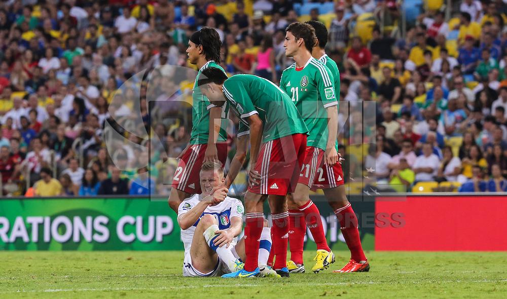 RIO DE JANEIRO, RJ, 16 JUNHO 2013 - COPA DAS CONFEDERACOES - MEXICO X ITALIA  - Inacio Abate da Italia (abaixo) durante a partida entre Mexico x Itália, válida pela primeira rodada da Copa das Confederações, no Estádio do Maracanã, no Rio de Janeiro, neste domingo.16. (FOTO: VANESSA CARVALHO/ BRAZIL PHOTO PRESS).