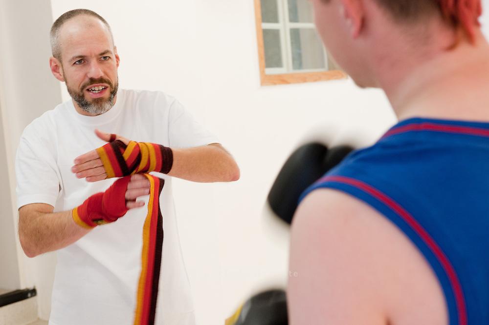 Frank Rieth hat sich bereit.erklärt, in seinem Sportstudio Agon in Winterhude fu?r.Hinz&Kunzt-Verkäufer, Sandra und Sacha eine Boxstunde zu geben