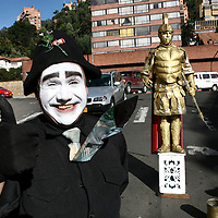 A mime gives thumbs up while performing with a painted man at a traffic stop in Bogotá on Thursday, September 28, 2006. (Photo/Scott Dalton)