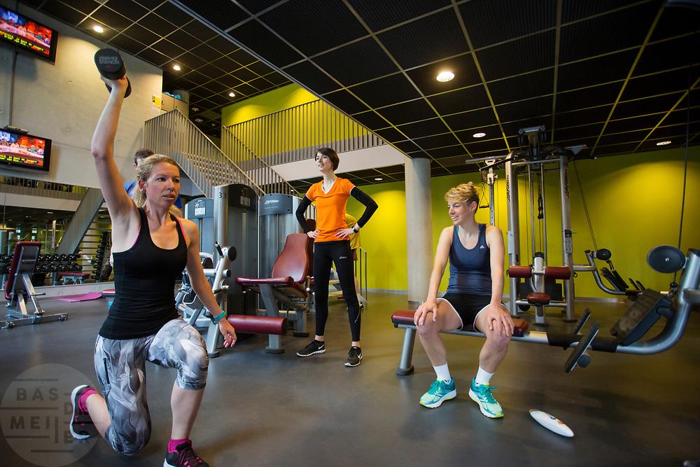 In Amsterdam trainen Iris Slappendel (rechts) en Aniek Rooderkerken op de VU. In september wil het Human Power Team Delft en Amsterdam, dat bestaat uit studenten van de TU Delft en de VU Amsterdam, tijdens de World Human Powered Speed Challenge in Nevada een poging doen het wereldrecord snelfietsen voor vrouwen te verbreken met de VeloX 7, een gestroomlijnde ligfiets. Het record is met 121,44 km/h sinds 2009 in handen van de Francaise Barbara Buatois. De Canadees Todd Reichert is de snelste man met 144,17 km/h sinds 2016.<br /> <br /> With the VeloX 7, a special recumbent bike, the Human Power Team Delft and Amsterdam, consisting of students of the TU Delft and the VU Amsterdam, also wants to set a new woman's world record cycling in September at the World Human Powered Speed Challenge in Nevada. The current speed record is 121,44 km/h, set in 2009 by Barbara Buatois. The fastest man is Todd Reichert with 144,17 km/h.