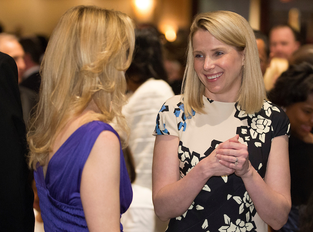 Marissa Meyer, CEO of Yahoo!, speaks with a guest at the White House Correspondents' Association Dinner in Washington on May 3, 2014.      REUTERS/Joshua Roberts    (UNITED STATES)