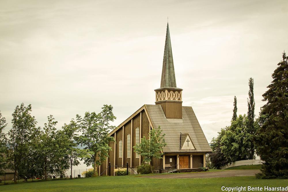 Follafoss kirke er en langkirke fra 1954 i Verran kommune, Nord-Tr&oslash;ndelag fylke.<br /> Bygd i tre og med 200 plasser. Arkitekt er Sverre Olsen. Follafoss kirke ligger i Verran sokn. P&aring; 1900-tallet gikk kirkebygget over fra &aring; v&aelig;re s&oslash;ndagskirke til flerbrukskirke, fra &aring; uttrykke h&oslash;ytidsstemte nasjonale str&oslash;mninger i jugendstil og nybarokk, til internasjonal modernisme, ofte i betong, og med mer utradisjonelle former og funksjoner. Ved begynnelsen av &aring;rhundret beholdt kirkerommene i hovedsak sin tradisjonelle form og funksjon, selv om arkitekturen gjenspeilet endrede stiluttrykk.  Etter f&oslash;rste verdenskrig betydde dette nybarokk og nyklassisisme. P&aring; 1930-tallet kom funksjonalismens forenklede former, og kirkerom stadig oftere inspirert av internasjonale liturgiske og arkitektoniske str&oslash;mninger. Etter den andre verdenskrigs &oslash;deleggelser fikk vi kirkebygg som f&oslash;rst eksperimenterte med tradisjonelle langkirkeformer, men bygget i armert betong, som i Bod&oslash; (1956) og Molde (1957), for ganske snart &aring; l&oslash;sne b&aring;ndene til tradisjonen og skape helt nye liturgiske rom og former, som i Kristiansund (1964) og Tromsdalen (1965). I l&oslash;pet av 1900-tallet ble det bygd over 600 nye kirker. Mur, og s&aelig;rlig armert betong, overtok i &oslash;kende grad som byggemateriale, og trekirkene ble ikke lenger bygget i t&oslash;mmer, men i moderne teknikker som bindingsverk eller limtre. Hele 2/3 av etterkrigstidens kirker er bygd i mur.