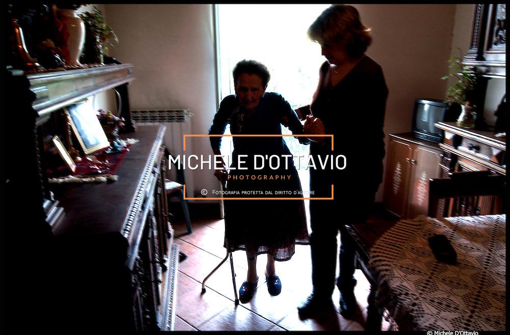 Anziana in casa aiutata da  badante straniera (quartiere Le Vallette),